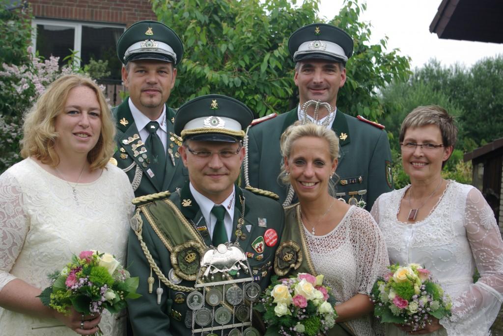 Von Links: Adjudantenpaar Sandra und Markus Homuth, Königspaar Maik Schlicht und Yvonne Vandersee, Offizierspaar Jörn Buchholz und Antje Schlicht